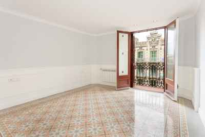 Spacious reformed apartment close to the centre of Barcelona